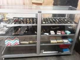 Se remata una vitrina llena de joyas de acero negociable