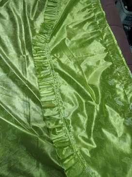 dos cortinas verdes tela brillante