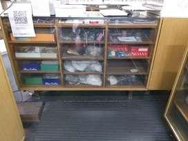 Mostrador madera con exhibidor vidrio y cajonera