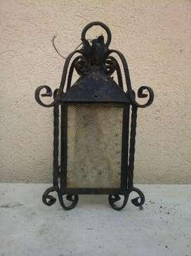 antiguo farol de hierro
