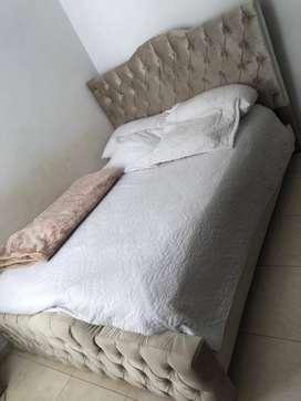 Vendo cama de madera roble completamente tapizada.