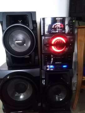 Equipo sonido sony genezi para 3 CDs, 2 memorias 2 parlantes 1 bajo