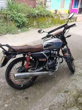 Se vende moto con papeles hasta diciembre,  llantas nuevas,  luz led,, en exelente estado...