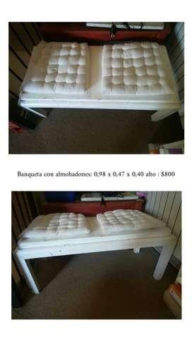 Banqueta de madera blanca con almohadones.  Ideal living o dormitorio