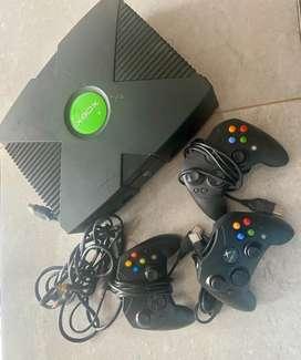 Xbox clasica con 3 controles