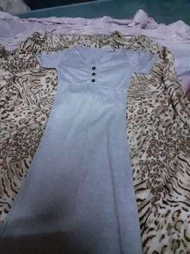 Vestido largo gris tajo a los costados