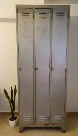 Locker antiguo de 3 puertas