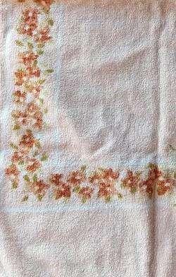 Toalla de manos rosada clara con delicadas flores cafés en derredor 100% algMedidas: 74.5 cm x 40.1 cm.  Peso: 141 grs