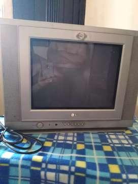 Televisor LG gris en muy buen estado.