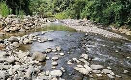 Se vende dos hectáreas de terreno con mina de material pétreo en el río Pastaza o se cambia por construcción de vía