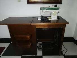 Maquina de coser Singer Cachaca con mueble en buen estado