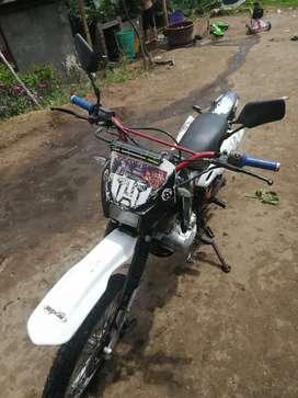 Vendo moto daytona 150 en perfectas condiciones caída la matricula tiene asta el 2018 la matricula