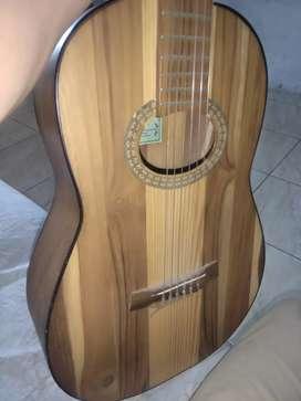 Vendo guitarra neta madera económica y en buen estado