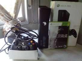 Xbox 360 slim original, incluye joystock y juego originales.
