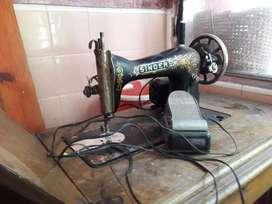 Vendo máquina de coser antigua... le falta la parte de abajo