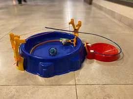 Pista y trompo beyblade nado con accesorio de acrobacia
