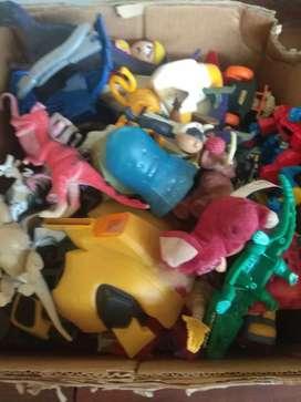 Caja de juguetes con 76 juguetes en total