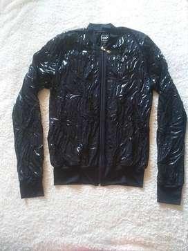 casaca fitness - negro con toques acharolados - talla s m
