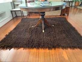 2 Tapetes mechudos en lana virgen de chivo negro marca El Tejedor Gusano De Lana, 2.10 x2.10 metros intactos