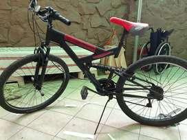 Vendo bicicleta montañera con amortiguadores a delante y atrás frenos todo nuevo recién hecha mantenimiento
