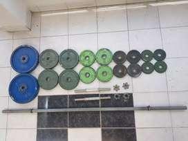 Banco gimnasio con mancuernas, barra y barras paralelas