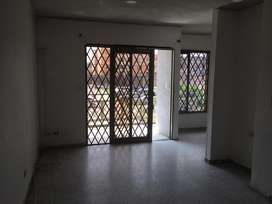 Amplio e iluminado estudio y sala de tv. Zona de oficios.