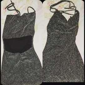Vestido corto descotado la espalda de atrás.