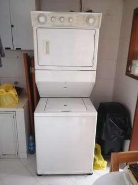 Torre de lavadora y secadora marca wirlpool