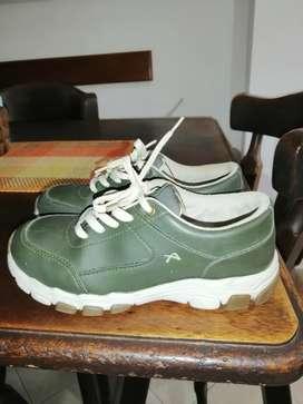 Se venden zapatos deportivos
