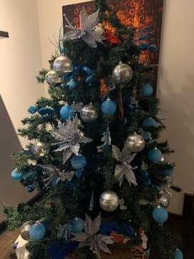 Arbol navideño con juego de luces y adornos