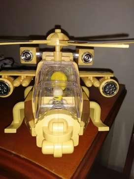 Helicóptero mecánico con figura de Lego.