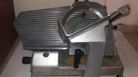 Máquina cortadora de fiambre funcionando service al día
