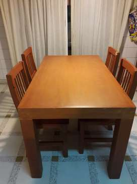 Mesa de maderas con sillas