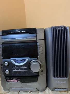 Equipo de sonido Marca SONY  con 4 parlantes y un ecualizador regular estado