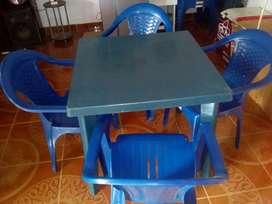 Se venden dos juegos de mesas con sillas plasticas
