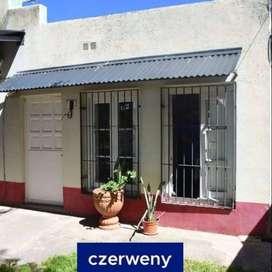 VENTA Casa de dos habitaciones con dos cocheras y departamento interno trasero de una habitación