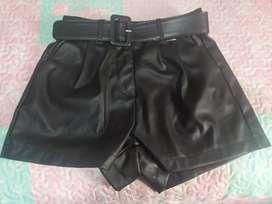 Shorts cuero talla S con cinturón