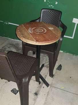 12 Mesas en madera y 36 sillas para negocio