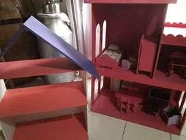 Casa de muñecas con accesorios, más repisa