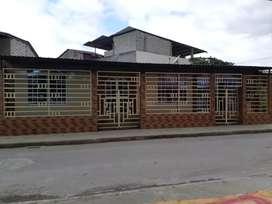 Casa tipo villa con techo metálico y duratecho  con patio en la parte de atrás piso d cerámica especial sector comercial