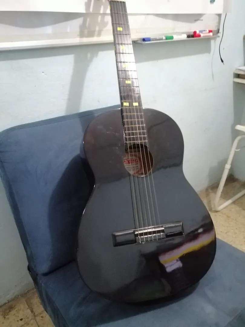 Hermosa guitarra acústica 0
