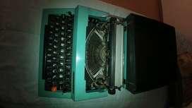 Máquina de escribir portátil, mecánica. Se desconoce su estado.