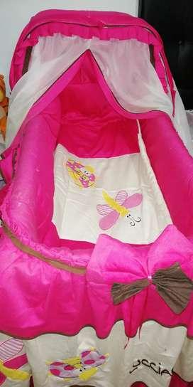 Cuna con hermosa lencería para niña.