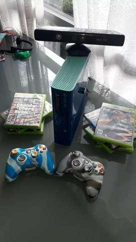 Vendo Xbox 360 edición CALLofDUTY con dos controles sus cables juegos disco duro kinect y soportes