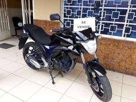 Moto Suzuki color negro.