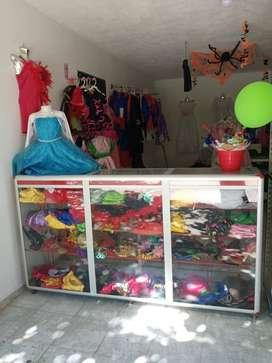 Se vende negocio de disfraces o mercancía por separado ( vitrinas, disfraces)