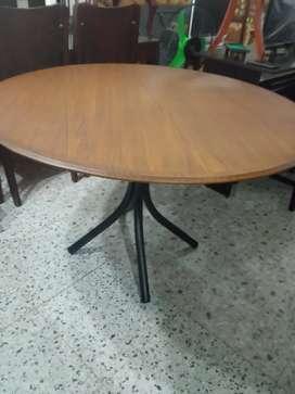 mesa para comedor de 115 ancho cms parte arriba madera abajo metalica de segunda en buen estado