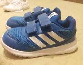 Vendo zapatillas Adidas niño impecables.