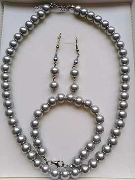 Juego collar aretes y pulsera en perla gris