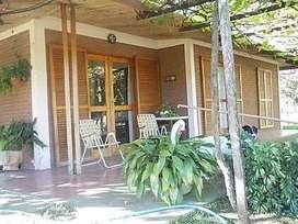 Casa quinta de 2 hectáreas con lago artificial, cocheras techadas y terreno parquizado con amplia vegetación.